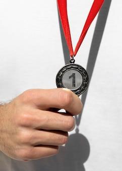 올림픽에서 그의 1 위 메달을 들고있는 사람