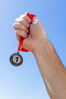 Persona che tiene la sua medaglia numero uno alle olimpiadi