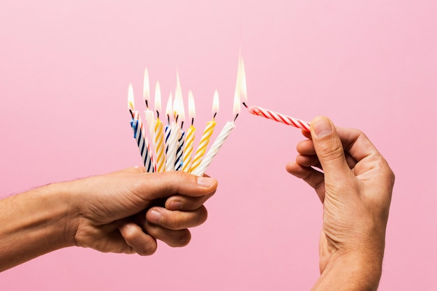 Candele di compleanno accese tenuta della persona