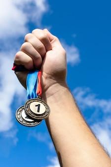 올림픽에서 그의 1 위 메달을 들고있는 사람 무료 사진