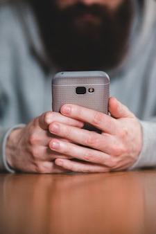 Лицо, занимающее серебряный телефон