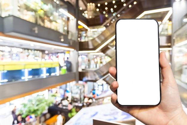 空白の画面を持つスマートフォンを持っている人