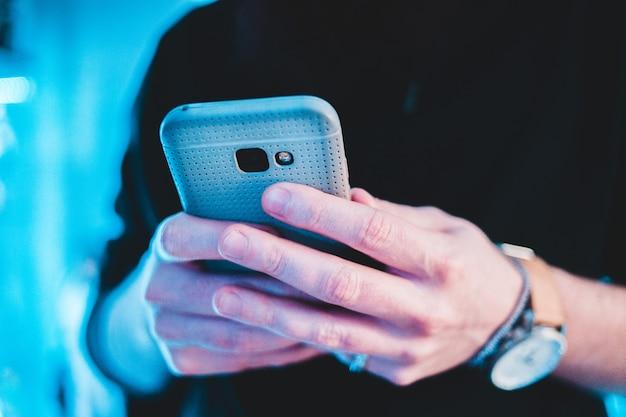 Лицо, занимающее смартфон