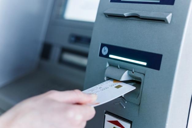 현금 자동 입출금기에 사람 삽입 카드.