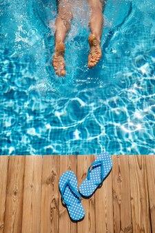 수영장에서 점프하는 사람.