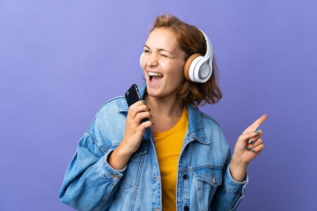 격리 된 배경 위에 사람이 듣는 음악