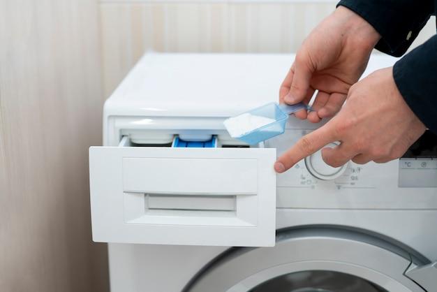 Загрузите стиральный порошок в машину.