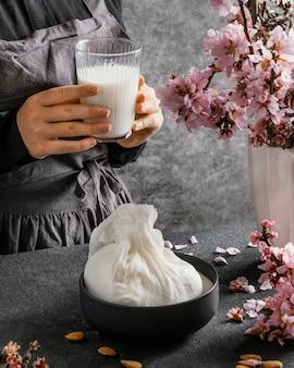 Человек, делающий миндальное молоко