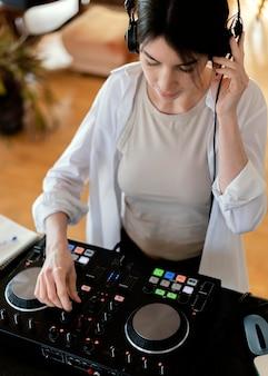Persona che fa musica a casa