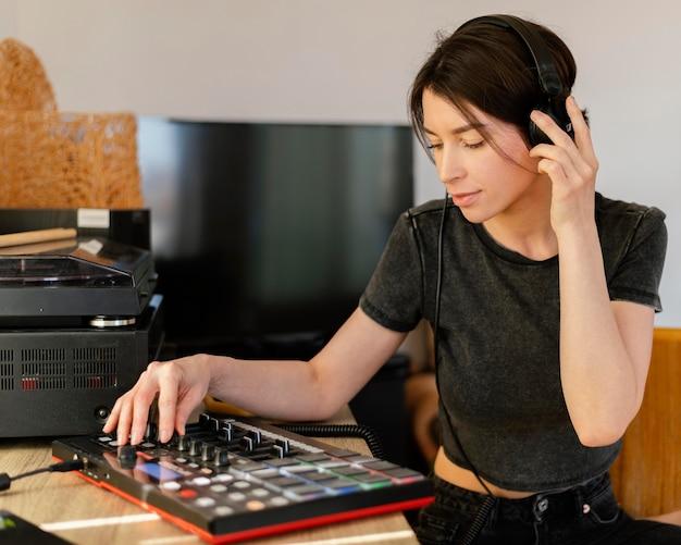 실내에서 음악을 만드는 사람