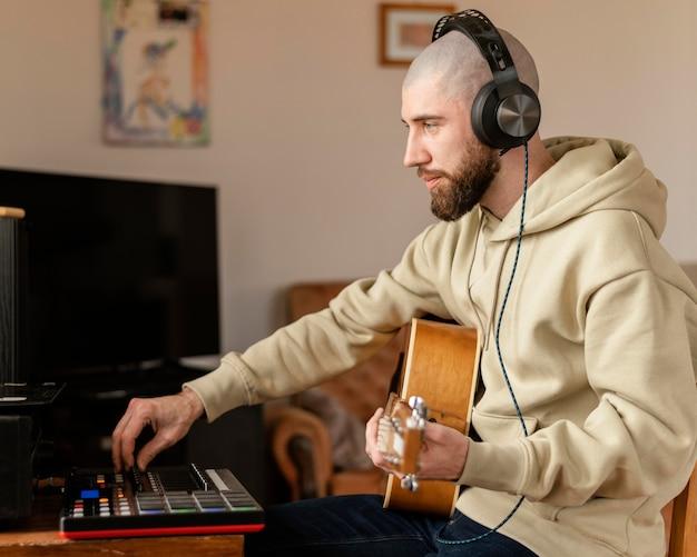 室内で音楽を作る人