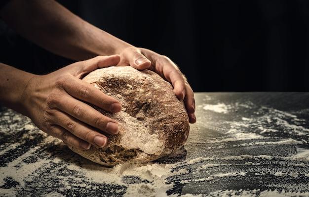 キッチンでサワー種のパンを作る人