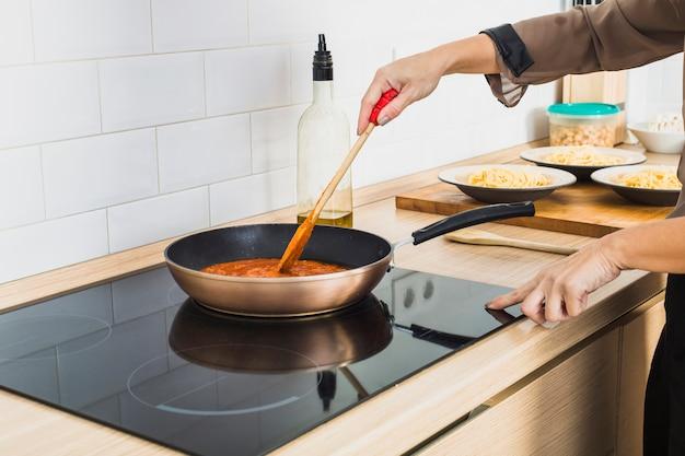 Смешанный соус для лица в кастрюле на плите