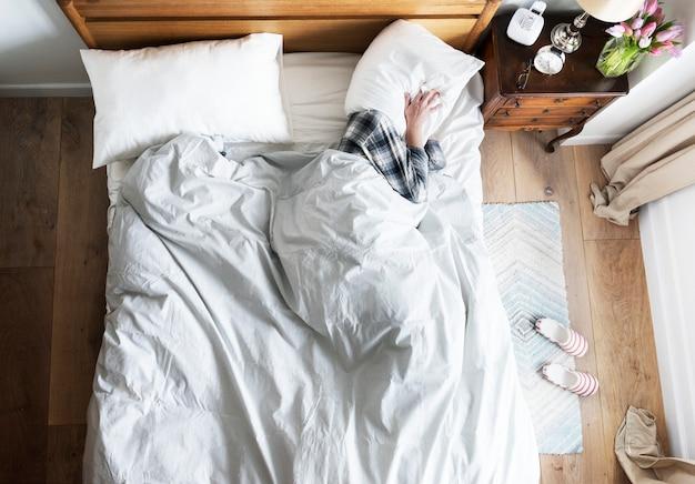 침대 불면증 및 소음 공해 개념에 사람