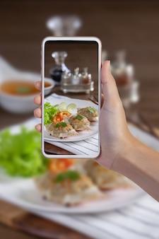 Человек фотографирует еду