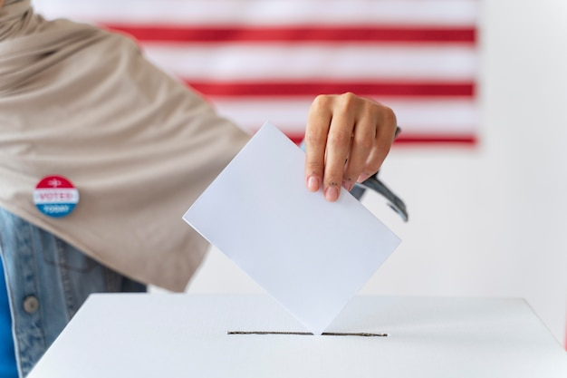 Persona che mette il suo voto in una casella