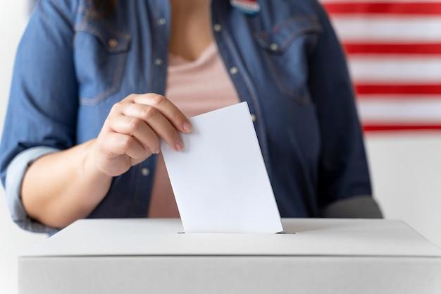 상자에 투표를 하는 사람