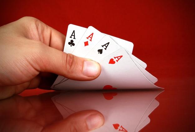 손에 4 종류의 카드 놀이하는 사람