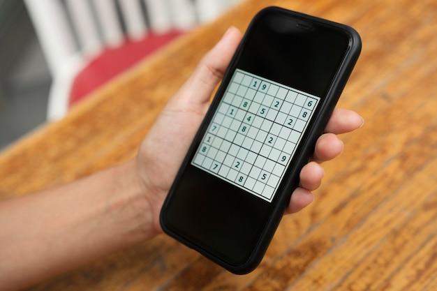 Persona che gioca a un gioco di sudoku su uno smartphone