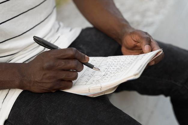 Persona che gioca a un gioco di sudoku