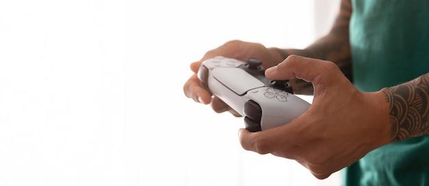 Persona che gioca a un videogioco con spazio di copia