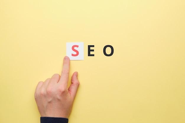 Человек указывает пальцем на поисковую оптимизацию