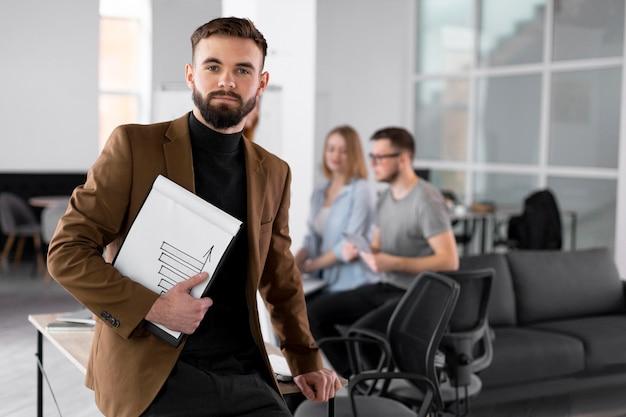 Человек позирует рядом с коллегами