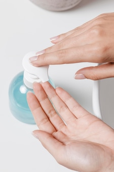 手に石鹸を注ぐ人