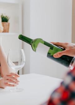 Человек, льющий вино другу