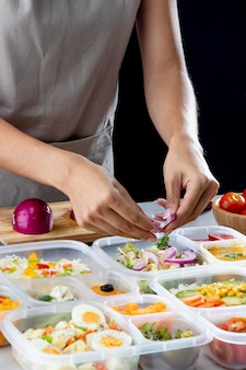 Persona che pratica la cottura in batch con cibo sano