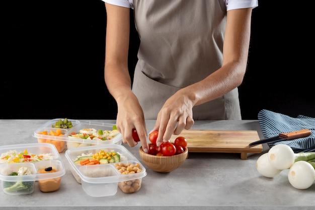 Человек, практикующий порционное приготовление здоровой пищи