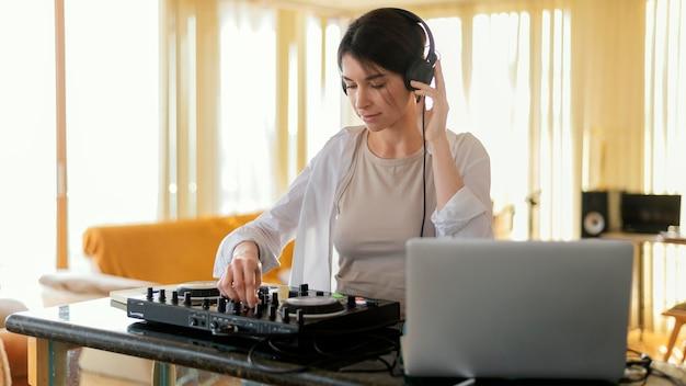 집에서 혼자 음악을 연습하는 사람