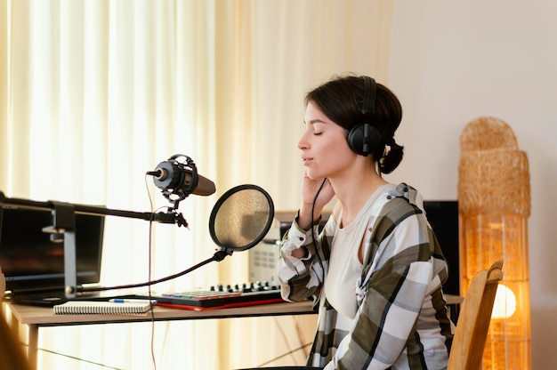 Persona che pratica musica da sola a casa