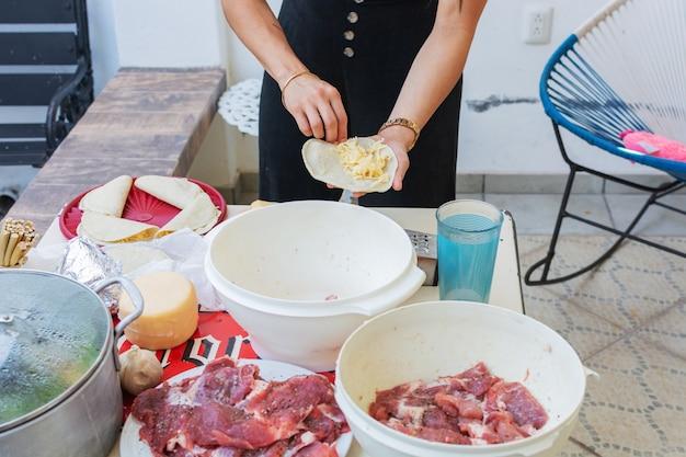 ケサディーヤを準備する人典型的なメキシコ料理の準備