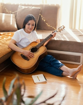 自宅で一人で音楽を制作している人