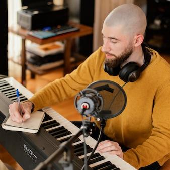 집에서 혼자 음악을 만드는 사람