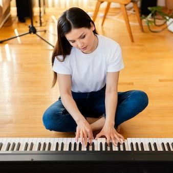 Persona che produce musica da sola a casa