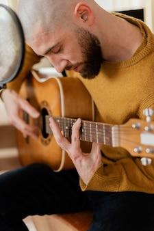 Persona che produce musica a casa