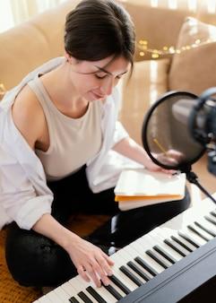 Persona che produce musica al chiuso