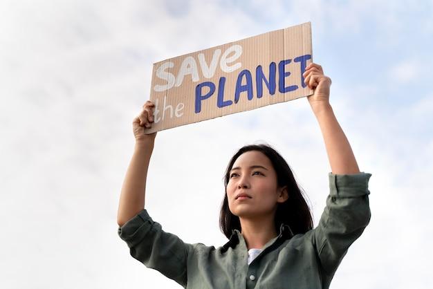 Persona che protesta per il cambiamento climatico
