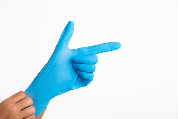 ラテックス手袋を着用している人
