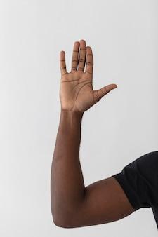 Persona che alza una mano in aria