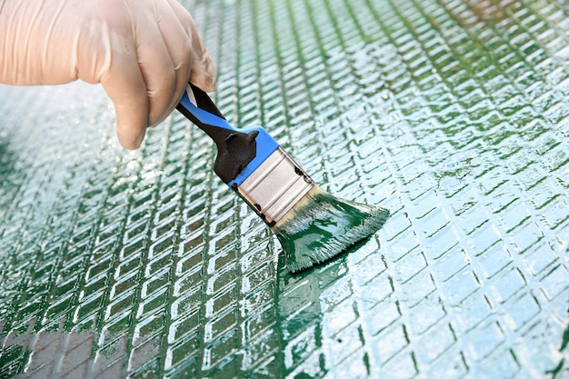 금속 격자에 녹색 페인트를 상쾌하게하는 사람