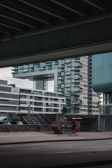Человек, езда на велосипеде на тротуаре во время