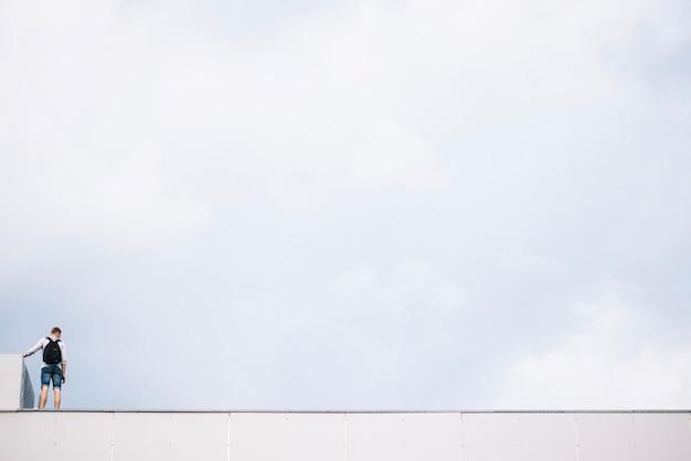Persona sul tetto
