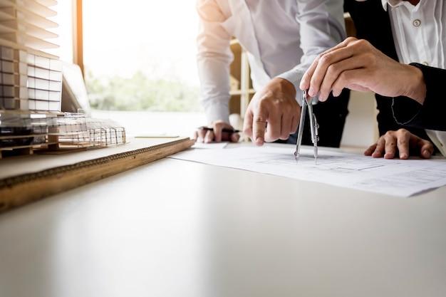 건축가 장비와 블루 프린트에 사람의 엔지니어 손을 그리기 계획