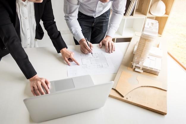 Инженер-физик план рисования рук на синем принтере с архитектурным оборудованием