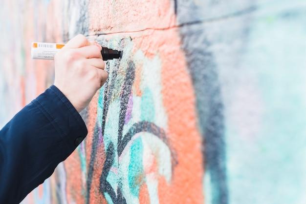 Ручная рисование граффити на стене