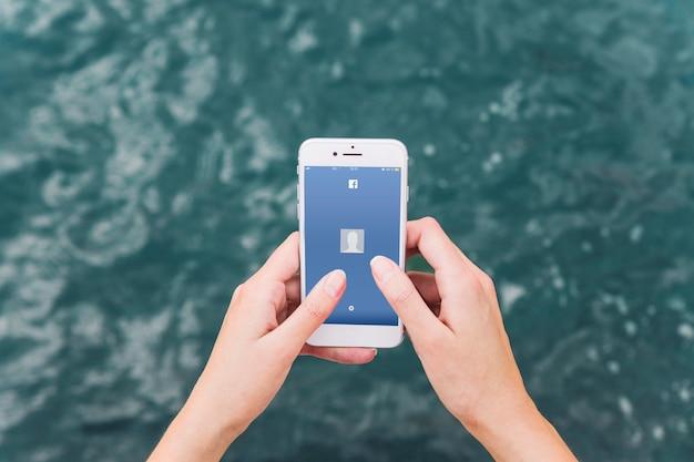 핸드폰의 페이스 북 앱에서 사람의 손 로그인