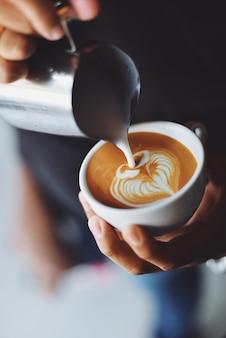 Человек служит чашкой кофе